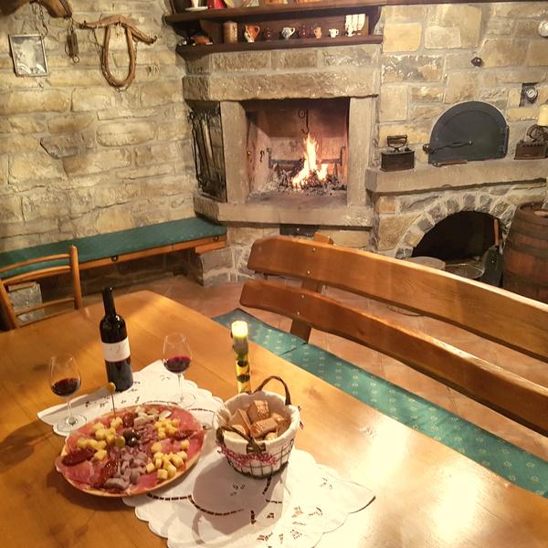 vinska-degustacija-ob-ognjiscu